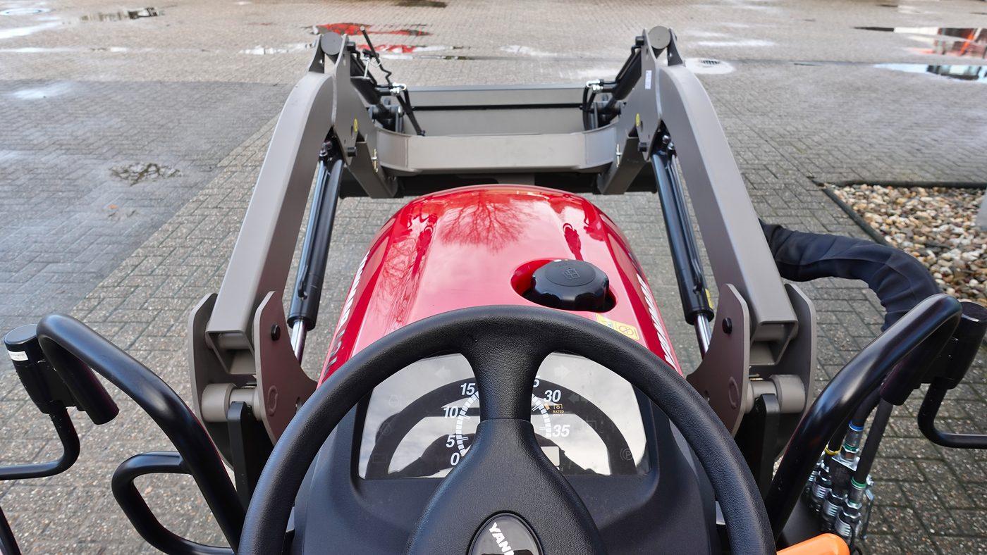 Kompakttrecker Yanmar SA424V-R mit Frontlader MX C3 und Schaufel